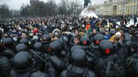 Demonstrasi anti-pemerintah di St. Petersburg, Rusia, pada Sabtu 23 Januari 2021 (AP / Dmitri Lovetsky)