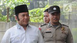 Bupati Lampung Selatan Zainudin Hasan (kemeja putih) terjaring OTT dikawal petugas tiba di gedung KPK, Jakarta, Jumat (27/7). Zainudin Hasan akan menjalani pemeriksaan 1x24 jam diduga menerima suap terkait proyek infrastruktur. (Merdeka.com/Dwi Narwoko)
