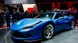 Pengunjung melihat Ferrari F8 Triturbo yang dipamerkan dalam Geneva International Motor Show di Jenewa, Swiss, Selasa (5/3). Geneva International Motor Show berlangsung pada 7-17 Maret 2019. (Martial Trezzini/Keystone via AP)