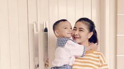 Uut Permatasari juga terlihat sangat menikmati kehidupannya menjadi seorang ibu sekaligus istri. (Liputan6.com/IG/@uutpermatasari)