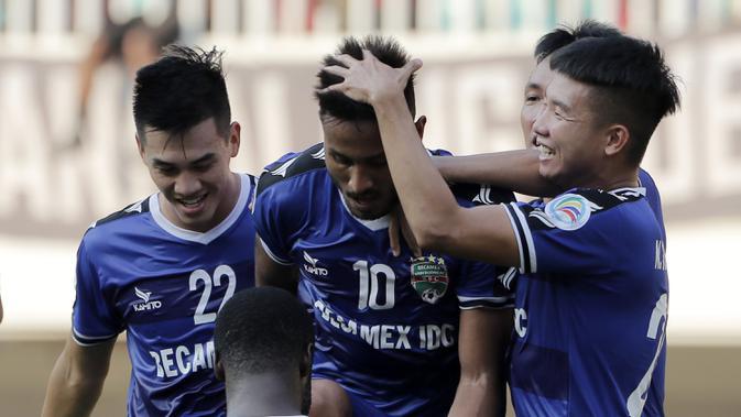 Pemain Becamex Binh Duong merayakan gol yang dicetak oleh Wander Luiz ke gawang PSM Makassar pada laga semifinal Zona ASEAN Piala AFC 2019 di Stadion Pakansari, Rabu (26/6). PSM menang 2-1 atas Becamex Binh Duong. (Bola.com/M Iqbal Ichsan)