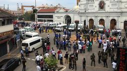 Pejabat militer Sri Lanka berjaga di depan Gereja St Anthony's Shrine usai terjadi ledakan di Kochchikade, Kolombo, Sri Lanka, Minggu (21/4). Tiga gereja yang menjadi serangan ledakan Sri Lanka berada di Kochchikade, Negombo, dan Batticaloa. (REUTERS/Dinuka Liyanawatte)
