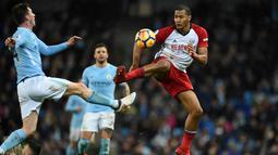 Bek baru Manchester City, Aymeric Laporte saat berebut bola dengan pemain West Bromwich Albion's, Salomon Rondon pada pertandingan Liga Inggris di Stadion Etihad, (31/1). Laporte  dikontrak Man City selama lima tahun. (AFP Photo/Oli Scarff)
