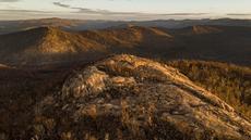 Bebatuan dan hutan yang hangus akibat kebakaran terlihat di Taman Nasional Namadgi di Canberra, Australia, pada 17 September 2020. Pohon-pohon yang hangus terbakar masih terlihat jelas di pegunungan Taman Nasional Namadgi. (Xinhua/Pemerintah Wilayah Ibu Kota Australia)