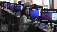 Seorang konsumen saat berada di loket Migas kantor BKPM, Jakarta, Senin (26/10/2015). Pelayanan Terpadu Satu Pintu (PTSP) merupakan komitmen pemerintah demi memberikan pelayanan prima dan cepat kepada investor. (Liputan6.com/Angga Yuniar)