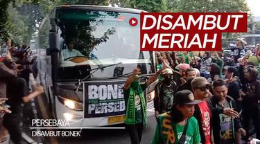 Berita video skuat Persebaya Surabaya disambut Bonek di Kota Surabaya dengan meriah bak tim Bajul Ijo juara Liga 1 2019. Ada apa?