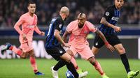 Gelandang Barcelona, Arturo Vidal, berusaha melewati gelandang Inter Milan, Matias Vecino, pada laga Liga Champions di Stadion San Siro, Milan, Selasa (6/11). Kedua klub bermain imbang 1-1. (AFP/Marco Bertorello)