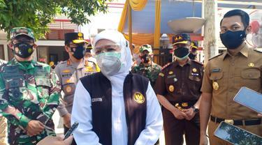Gubernur Jatim  Khofifah Indar Parawansa saat kunjungan ke Tuban. (Ahmad Adirin/Liputan6.com)
