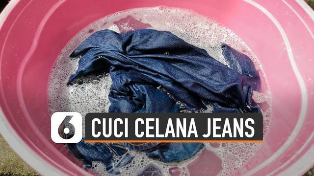 Perlu cara tertentu untuk mencuci celana jeans dengan benar. Jangan mencuci jeans menggunakan air terlalu tinggi. Bisa bikin warna asli jeans memudar.