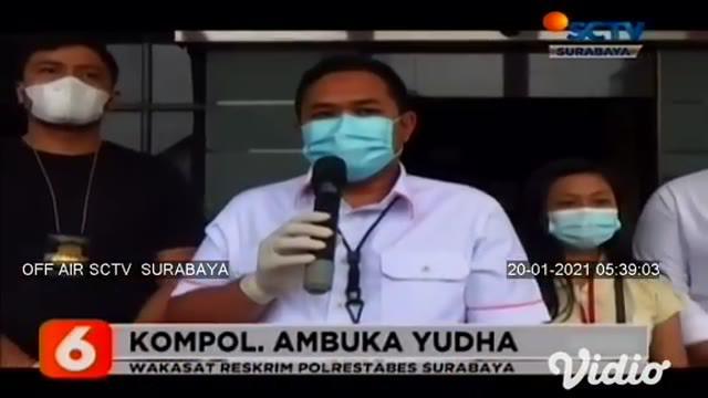 Seorang pemuda RE (18) warga asal Simomulyo, Surabaya, yang menganiaya pacarnya sendiri ini dibekuk aparat Reskrim Polrestabes Surabaya. Di hapadan polisi, tersangka mengaku menganiaya pacarnya karena dibakar api cemburu.