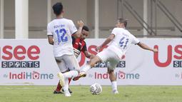 Pemain Persipura Jayapura, Todd Rivaldo Ferre (tengah) berusaha melewati pemain Arema FC, Rizky Dwi dan Dendi Santoso pada laga BRI Liga 1 di Stadion Madya, Jakarta, Rabu, (29/9/2021). (Bola.com/ M Iqbal Ichsan)