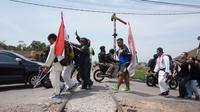 Aksi jalan kaki atlet paralimpik di Bandung
