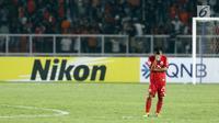 Pemain Persija, Riko Simanjuntak tertunduk usai dikalahkan Home United pada laga kedua Semifinal Zona Asia Tenggara Piala AFC 2018 di Stadion GBK, Jakarta, Selasa (15/5). Persija kalah 1-3. (Liputan6.com/Helmi Fithriansyah)
