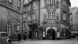 Suasana di dekat bangunan Jos.Suchy Drogerie pada bulan September 1945 di kota Praha, Ceko. Beberapa bangunan terkenal di kota ini antara lain adalah Jembatan Charles atau Karluvmost dalam bahasa setempat, Kastil Praha, Jam Astronomi di Balai Kota dan Menara Televisi Zizkov. (AFP Photo)