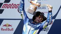 Pembalap Suzuki Ecstar Alex Rins mengangkat trofi usai memenangkan balapan MotoGP Austin di Circuit of The Americas (COTA), Senin (15/4/2019) dini hari WIB. (AP Photo/Eric Gay)