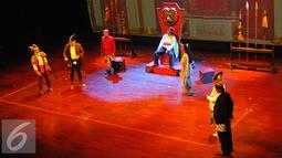 Salah satu adegan dalam pementasan teater Kebangsaan Tripikala di Tim, Cikini, Jakarta, Senin ( 23/1). Teater kebangsan tersebut menceritakan tentang kondisi politik saat ini yang di bawakan dengan sindiran dan humor. (Liputan6.com/Angga Yuniar)
