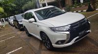 Mitsubishi Outlander PHEV diserahkan ke pemerintah sebanyak 8 unit