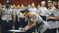 Kabareskrim Irjen Pol Idham Azis menandatangani dokumen saat sertijab di Jakarta, Kamis (24/1). Idham Azis sebelumnya menjabat Kapolda Metro Jaya. (Merdeka.com/Imam Buhori)