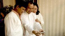 Prabowo Subianto pernah membagikan momen kebersamaannya dengan keluarga di twitter pribadinya. Ia berfoto bersama putranya, Didit Prabowo, dan mantan istrinya Siti Hediati Hariyadi. (Liputan6.com/Twitter/@prabowo)