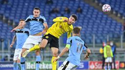 Gelandang Lazio, Adam Marusic, berebut bola dengan penyerang Borussia Dortmund, Giovanni Reyna, pada laga Grup F Liga Champions 2020/2021 di Stadion Olimpico, Rabu (21/10/2020) dini hari WIB. Lazio menang 3-1 atas Borussia Dortmund. (AFP/Alberto Pizzoli)