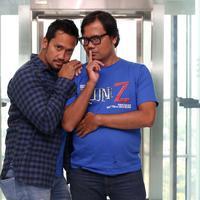 Artis Tora Sudiro berpose bersama komedian Soleh Solihun saat media visit di Liputan 6, SCTV Tower, Jakarta, Kamis (29/3). Tora tampil dalam film horor komedi berjudul Reuni Z yang disutradarai Soleh Solihun. (Liputan6.com/Arya Manggala)