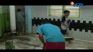 Warga Kebon Pala, Kampung Melayu, Jakarta Timur, kini sibuk membersihkan rumah mereka dari sisa-sisa banjir.