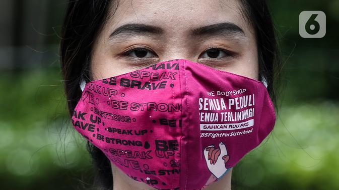 Pegiat komnas perempuan saat melakukan aksi diam 500 Langkah Awal Sahkan RUU PKS di depan gedung DPR, Jakarta, Rabu (25/11/2020). Dalam aksinya mereka menyusun sepatu sebagai simbol