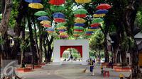 Beberapa payung menghiasi Pasar Seni Ancol, Jakarta, Rabu (9/11). Hingga kini, Pasar Seni Ancol masih menjadi tempat nongkrongnya para seniman tetap eksis walaupun harus teronggok bisu. (Liputan6.com/Helmi Fithriansyah)