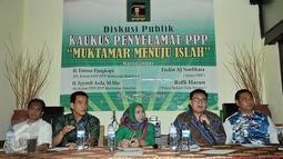 Plt Ketum DPP PPP Muktamar Bandung, Emron Pangkapi (kedua kanan) berbicara saat saat diskusi Publik Kaukus Penyelemat PPP, Jakarta, Rabu (20/1).Muktamar islah ini untuk menyelesaikan sengketa kepengurusan PPP. (Liputan6.com/JohanTallo)