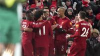 Para pemain Liverpool merayakan kemenangan 3-2 atas West Ham United pada pekan ke-27 Liga Inggris di Stadion Anfeld, Selasa (25/2/2020) dini hari WIB. (AP Photo/Jon Super)