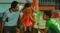 Pemain Persela, Taufik Kasrun, yang sedang bersedih pasca kekalahan 1-3 dari Bhayangkara FC di Stadion Surajaya, Lamongan, Senin (17/7/2017), dihibur pemain lawan, Dendy Sulistyawan. (Bola.com/Fahrizal Arnas)