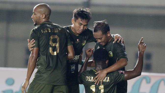 Para pemain Tira Persikabo, merayakan gol yang dicetak oleh Osas Saha, ke gawang Perseru Serui pada laga Piala Presiden 2019 di Stadion Si Jalak Harupat, Jawa Barat, Kamis (7/3). (Bola.com/M Iqbal Ichsan)