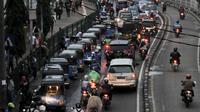 Suasana di depan Stasiun Jatinegara, Jakarta, Rabu (12/12). Kemacetan yang kerap kali terjadi, terutama pada jam sibuk akibat banyaknya angkutan umum, bajaj, hingga ojek yang memangkal di kawasan tersebut. (Merdeka.com/Iqbal S. Nugroho)