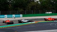 Sebastian Vettel tergelincir setelah mobilnya dilewati Lewis Hamilton pada lap pertama. (dok. F1)