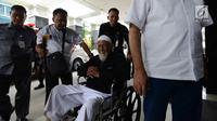 Abu Bakar Ba'asyir dibantu petugas saat tiba di RSCM Kencana, Jakarta, Selasa (29/1). Abu Bakar Ba'asyir akan menjalani pemeriksaan kesehatan secara rutin untuk memeriksa kesehatannya pertiga bulan. (Merdeka.com/Imam Buhori)