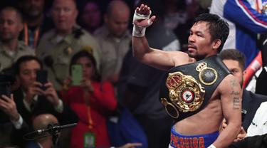 Petinju Manny Pacquiao merayakan kemenangan atas Keith Thurman dalam pertarungan gelar tinju Super World kelas Welter WBA di MGM Garden Arena, Las Vegas, Sabtu (20/7/2019). Setelah melalui duel 12 ronde, Pacquiao selaku penantang gelar berhasil keluar sebagai pemenang (Ethan Miller/Getty Images/AFP)