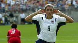 Mia Hamm adalah idola Amerika yang mempersembahkan dua gelar Piala Dunia dan medali emas olimpiade. Mia Hamm terpilih sebagai Pesepakbola Wanita Terbaik Dunia FIFA 2001. (AFP/Don Emert)