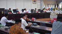 Gubernur Sulteng, Longki Djanggola saat memimpin rapat didampingi Kapolda dan Danrem 132 TDL tentang Panduan Ibadah Ramadan dan Idul Fitri, Rabu (22/4/2020). (Foto: Biro Humas Pemprov Sulteng).