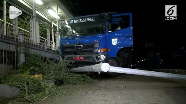Diduga akibat mengantuk sopir truk pemprov DKI menabrak Halte Transjakarta dan lampu penerangan jalan. Usai menabrak sang sopir melarikan diri