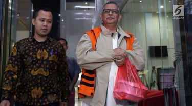 Tersangka kasus dugaan korupsi pembangunan PLTU Riau-1 yang juga Direktur Utama PT PLN nonaktif Sofyan Basir (kanan) usai menjalani pemeriksaan di Gedung KPK, Jakarta, Rabu (29/5/2019). Ini merupakan pem,eriksaan kedua Sofyan Basir pasca penahanan oleh KPK. (Liputan6.com/Helmi Fithriansyah)
