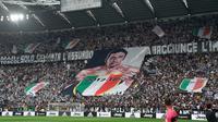 Suporter Juventus membentangkan spanduk bergambar Gianluigi Buffon selama pertandingan melawan Hellas Verona, di Stadion Allianz di Turin, Italia, (19/5). Ini merupakan pertandingan terakhir kiper 40 tahun bersama Juventus. (AP Photo/Alessandro Di Marco)