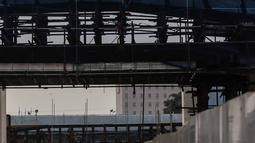 Pekerja menyelesaikan proyek LRT Jabodebek rute Cawang-Dukuh Atas di Cawang, Jakarta, Jumat (8/3). Tantangan di sektor jasa konstruksi pada era Revolusi Industri 4.0, salah satunya adalah SDM yang menguasai sistem IT. (Liputan6.com/Faizal Fanani)
