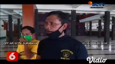 Pembobol kotak amal di Masjid Baiturrahim, Surabaya terekam kamera CCTV. Pelaku membobol lima kotak amal berukuran besar.