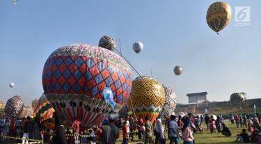Suasana saat berlangsungnya Java Balon Festival di Stadion Hoegeng, Pekalongan, Jawa Tengah, Rabu (12/06/2019). Java Balon Festival diikuti 105 peserta. (Liputan6.com/Gholib)