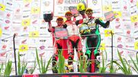 Rheza Danica Ahrens (Kiri) dan Awhin Sanjaya (Tengah) berhasil mendominasi podium ARRC kelas AP250 di balapan kedua yang digelar di Sentul International Circuit hari Minggu (14/10) (Foto: AHM)