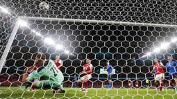 Penjaga gawang Italia Gianluigi Donnarumma mencoba menyelamatkan bola saat pemain Austria Sasa Kalajdzic mencetak gol pada pertandingan babak 16 besar Euro 2020 di Stadion Wembley, London, Inggris, Sabtu (26/6/2021). Italia menang 2-1. (AP Photo/Frank Augstein, Pool)