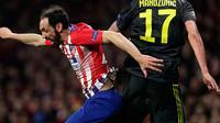 Striker Juventus, Mario Mandzukic berebut bola udara dengan bek Atletico Madrid, Juanfran selama pertandingan 16 besar Liga Champions di stadion Wanda Metropolitano, Madrid (20/2). Atletico menang 2-0 atas Juventus. (AP Photo/Manu Fernandez)