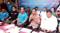 Deputi Bidang Pemberantasan BNN, Irjen Pol Arman Depari, didamping sejumlah pejabat kepolisian lainnya saat memberikan penjelasan kepada media pascapengungkapan pabrik pembuat pil PCC terbesar di Indonesia di Kota Tasikmalaya, Kemarin (Liputan6.com/Jayadi Supriadin)