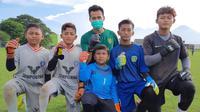 Kiper Persebaya Surabaya, Angga Saputro, berlatih bersama SSB di kampung halamannya, Kecamatan Tanggulangin, Kabupaten Sidoarjo. (Bola.com/Aditya Wany)