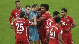 Pemain Bayern Munchen merayakan kemenangan atas Borussia Dortmund pada laga Piala Super Jerman di Allianz Arena, Kamis (1/10/2020) dini hari WIB. Bayern Munchen menang 3-2 atas Borussia Dortmund. (Andreas Gebert/Pool via AP)